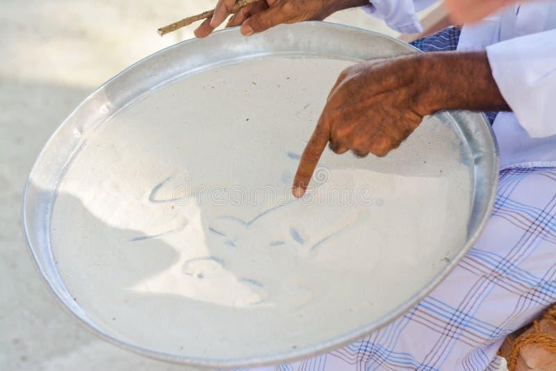 Professor maldivo na lição de soletração foto de stock