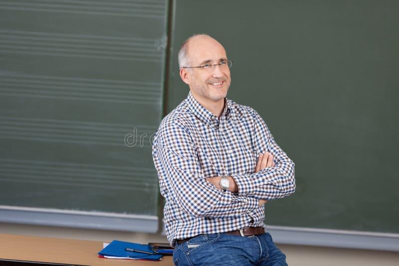 Professor masculino amigável relaxado foto de stock royalty free
