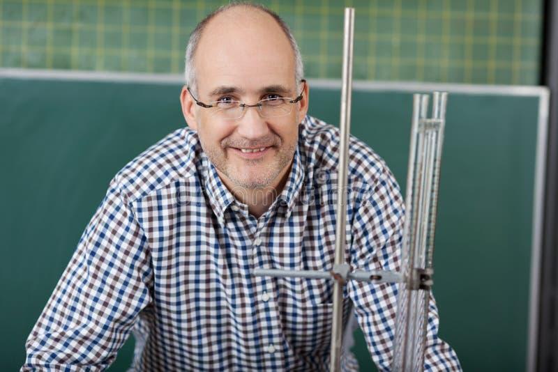 Professor masculino que dá lições da física fotos de stock