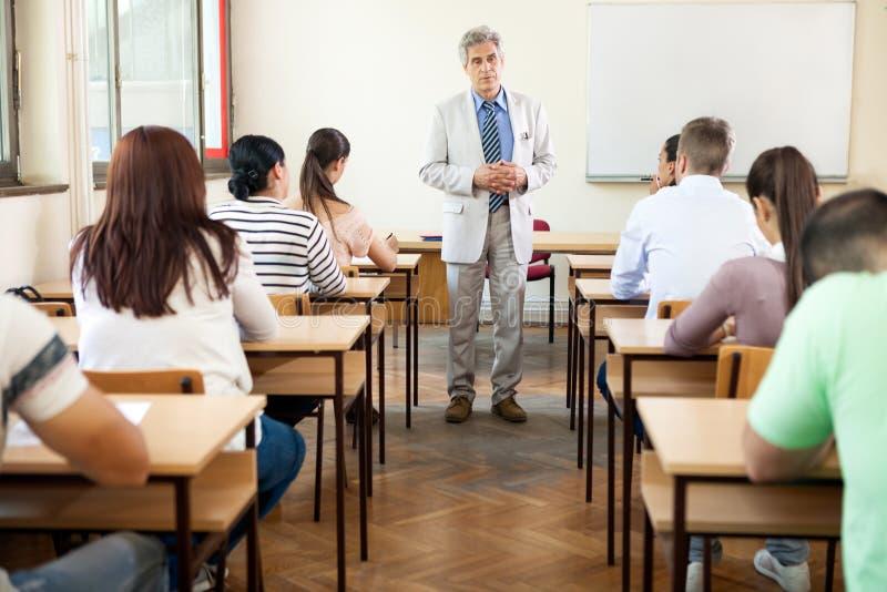 Professor met klasse stock afbeelding