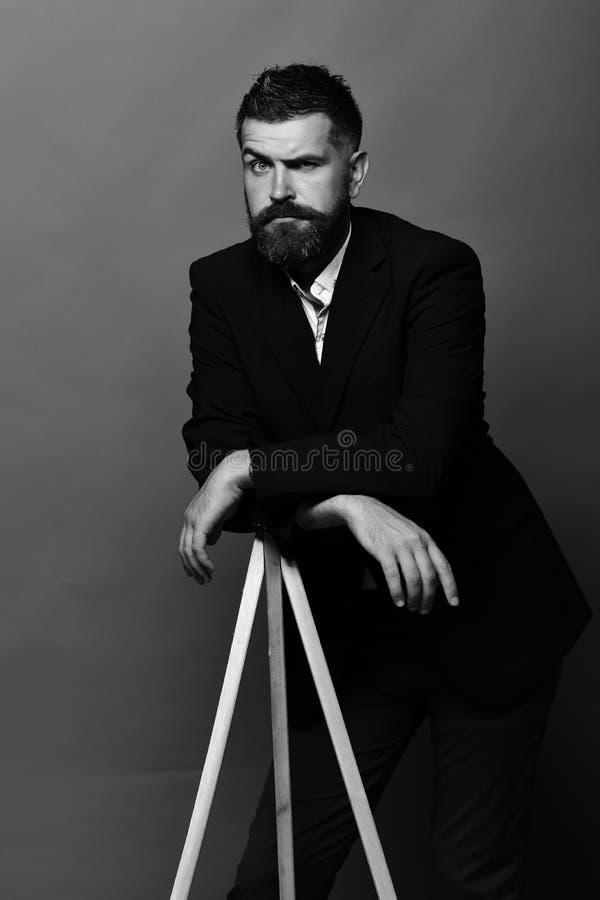 Professor met modieus kapsel en verrast gezicht Onderwijs en beroep royalty-vrije stock fotografie