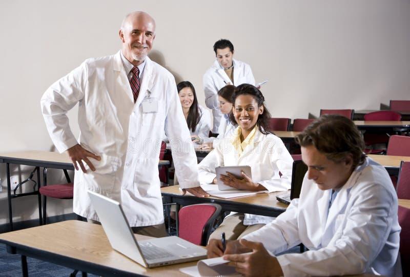 Professor mit Medizinstudenten im Klassenzimmer lizenzfreies stockfoto