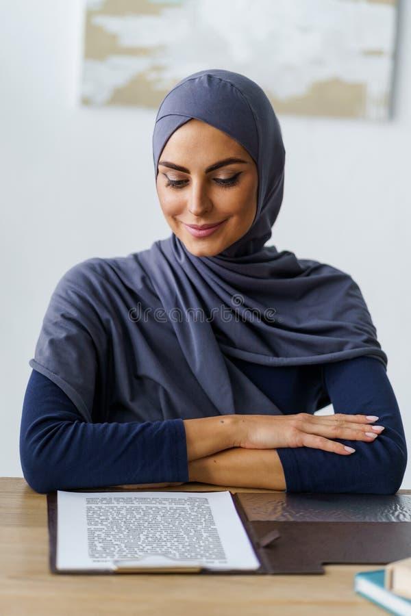 Professor muçulmano fêmea imagens de stock