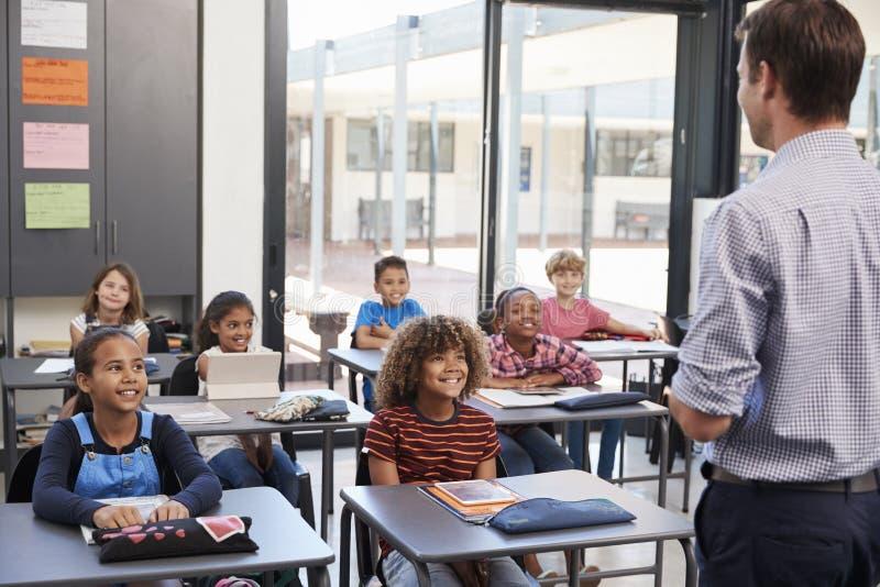 Professor na frente da turma escolar elementar, vista traseira imagens de stock