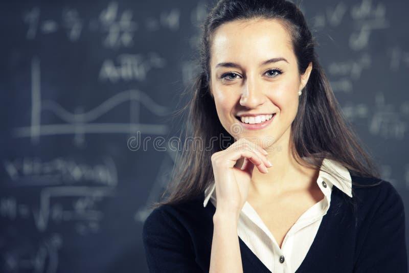 Professor na frente de um quadro-negro imagem de stock