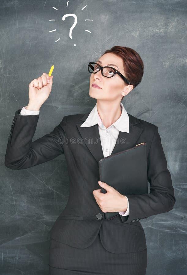 Professor pensativo com sinal da pergunta fotos de stock royalty free