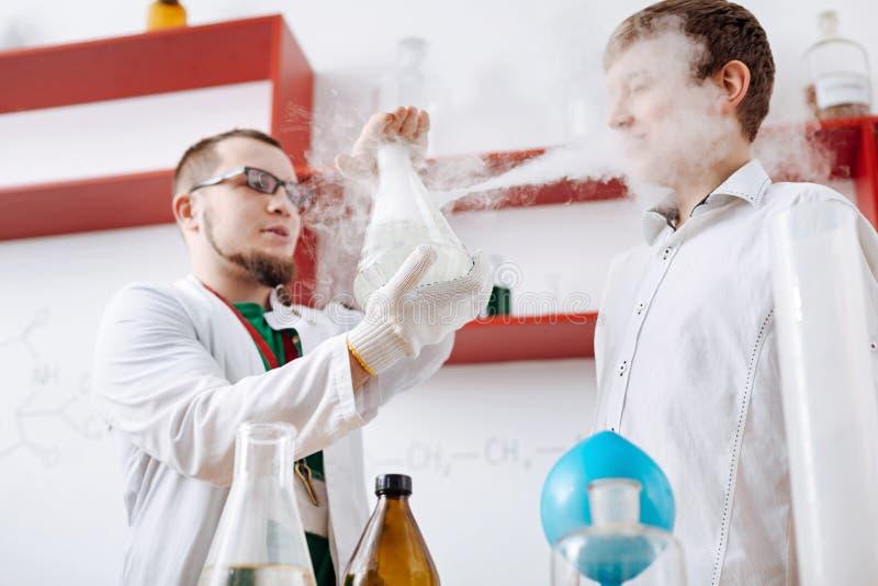 Professor profissional esperto que mostra uma reação química foto de stock royalty free