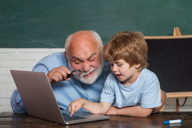 Professor que ajuda seu aluno adolescente na classe da educação Eu amo nossos momentos na escola - recordar o tempo Conceito de foto de stock