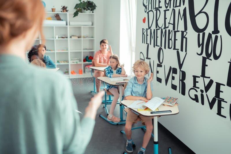 Professor que chama os alunos para ler a tarefa imagem de stock royalty free