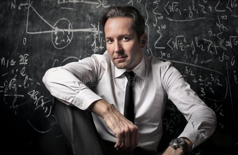 Professor que levanta na frente do quadro-negro fotos de stock royalty free