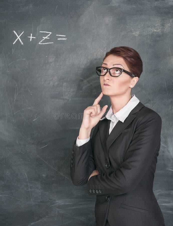 Professor que resolve a equação fotografia de stock royalty free