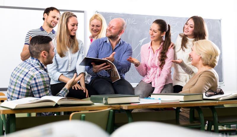 Professor que ri com estudantes imagens de stock royalty free