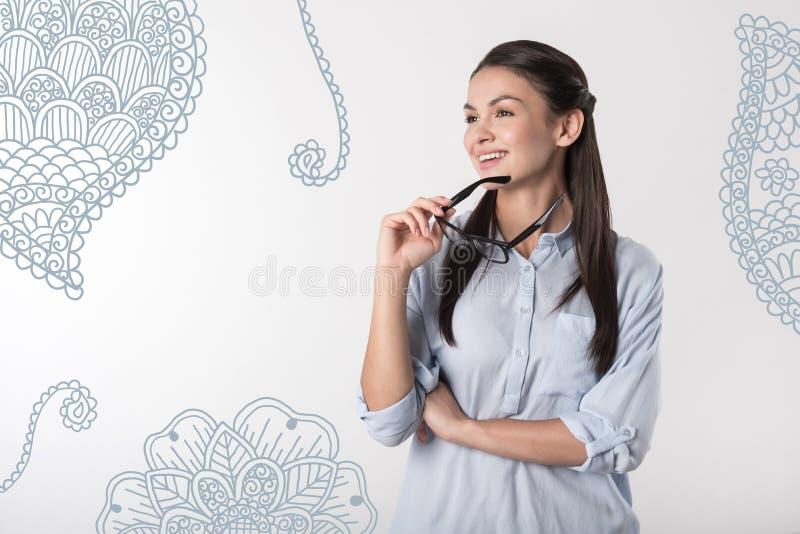 Professor relaxado que olha pensativamente na distância e no sorriso foto de stock royalty free