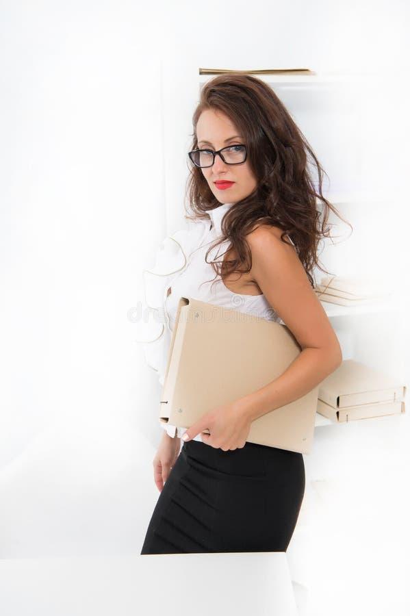 Professor restrito da senhora ou gestor de escritório sedutor Mulher com a blusa longa do branco do cabelo Professor com olhares  imagens de stock royalty free