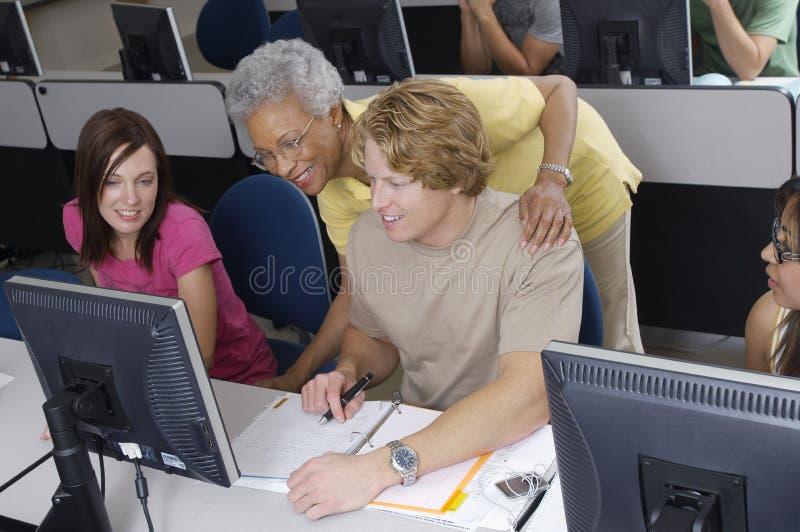 Professor superior Assisting Students fotografia de stock
