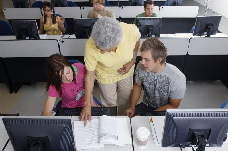 Professor superior Assisting Students imagens de stock royalty free