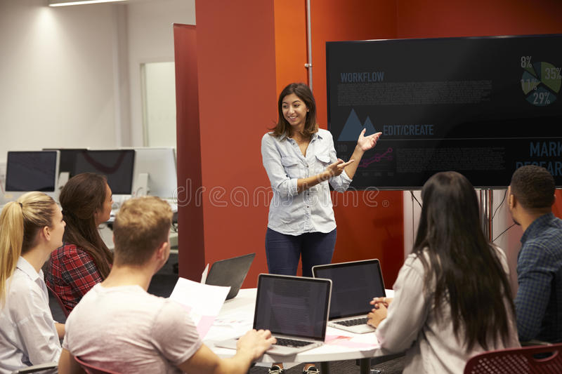 Professor Talking To Students na classe da faculdade imagem de stock royalty free