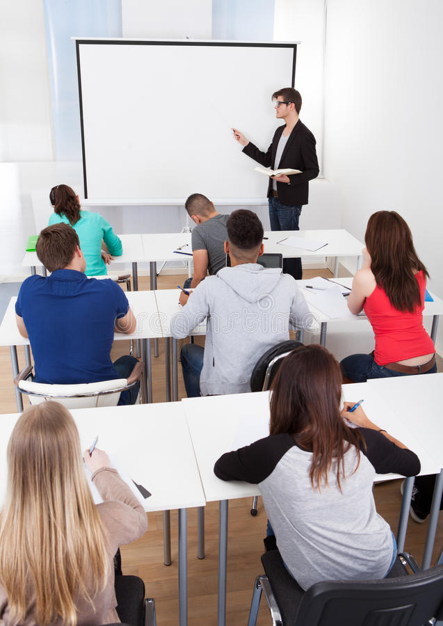 Professor Teaching College Students na sala de aula fotos de stock royalty free