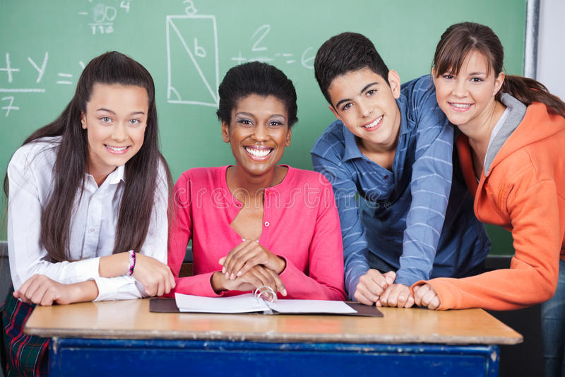 Professor With Teenage Students na sala de aula imagem de stock