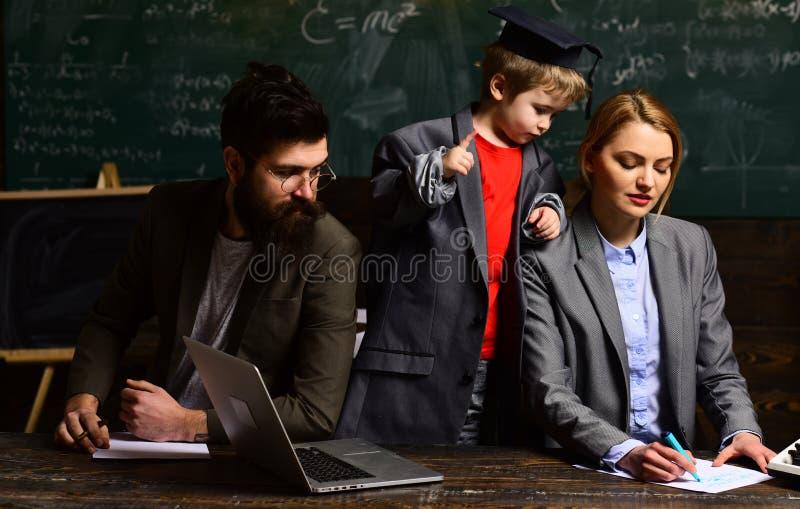 Professor und Schüler am Klassenzimmer in einer Schule Konferenztraining Schlussprüfungstest in der Universität stockfotografie