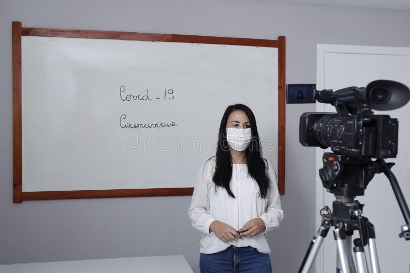 Professora produzindo classe virtual on-line imagens de stock royalty free