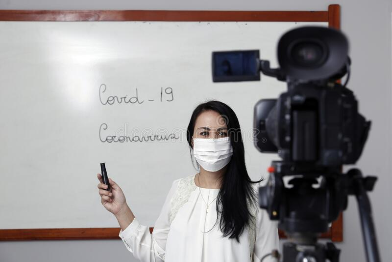 Professora produzindo classe virtual on-line fotografia de stock