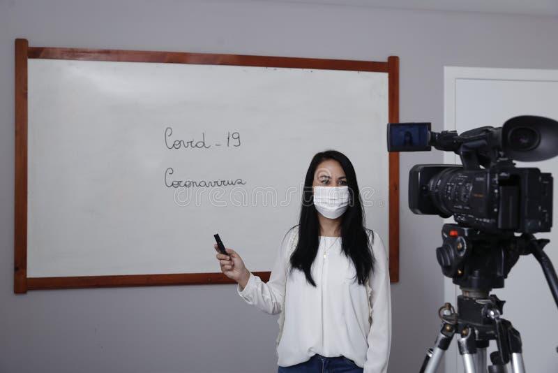 Professora produzindo classe virtual on-line fotos de stock