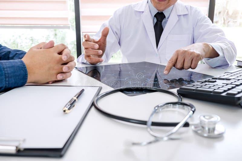 Professordoktor empfehlen Bericht eine Methode mit geduldiger Behandlung, Ergebnisse überprüfen an einen Bildgehirnröntgenfilm üb lizenzfreie stockfotografie