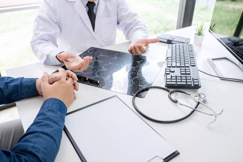 Professordoktorn rekommenderar rapporten en metod med tålmodig behandling, resultat undersöker på en film för bildhjärnröntgenstr royaltyfri bild
