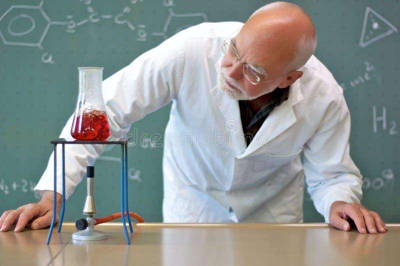 Professore che sperimenta in un laboratorio fotografia stock