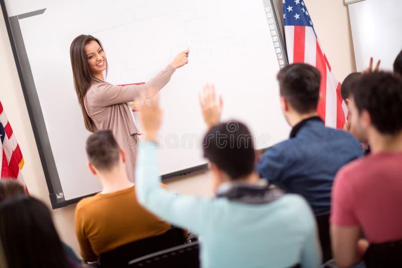 Professore spiega agli studenti nell'aula immagini stock