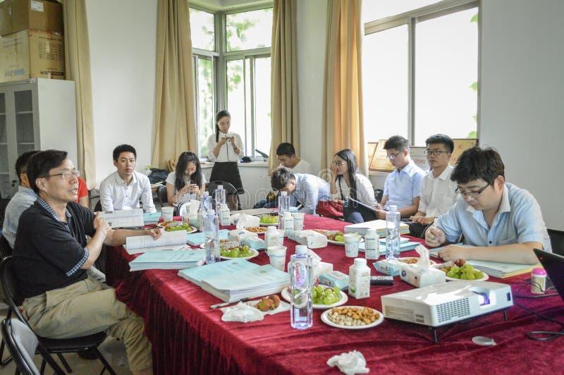 Professores e estudantes da faculdade na reunião fotografia de stock royalty free