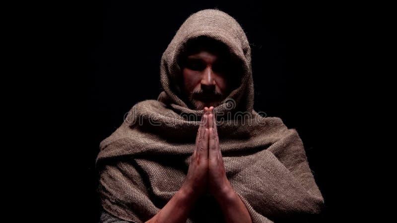 Profeta cristiano en traje que ruega, pidiendo la salvación del alma, creencia en dios fotos de archivo libres de regalías