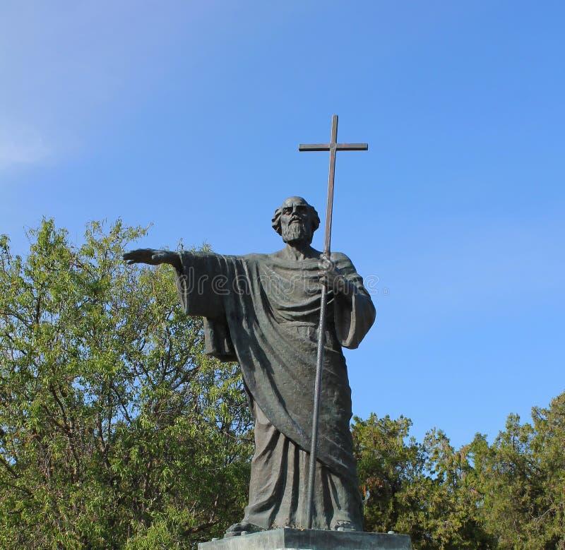 Profeta do St da estátua nas mãos da cruz fotografia de stock royalty free