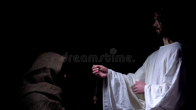 Profeta que propone la cruz masculina sin hogar de la siguiente-a-piel, dando vuelta a dios, creencia imagenes de archivo