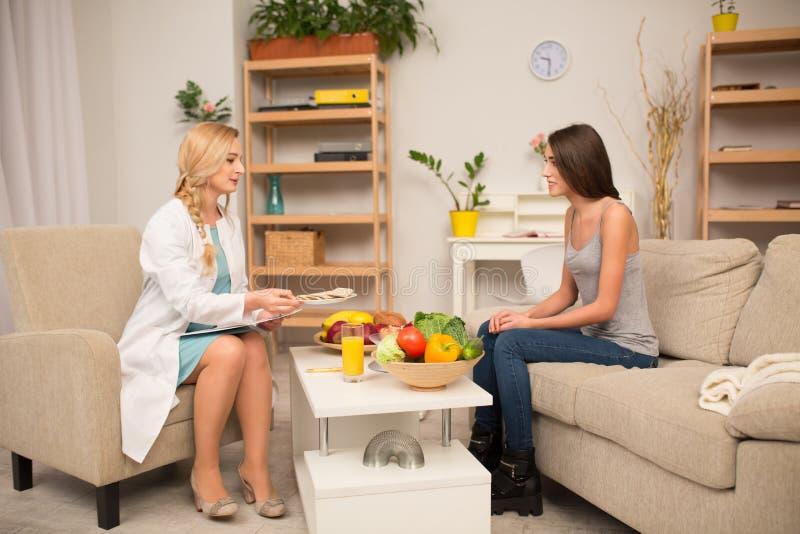 Proffessional dietetyczki konsultacja zdjęcia royalty free