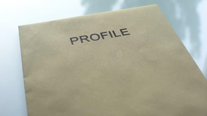 Profiel, omslag die met belangrijke documenten op lijst, politieonderzoek liggen royalty-vrije stock foto's