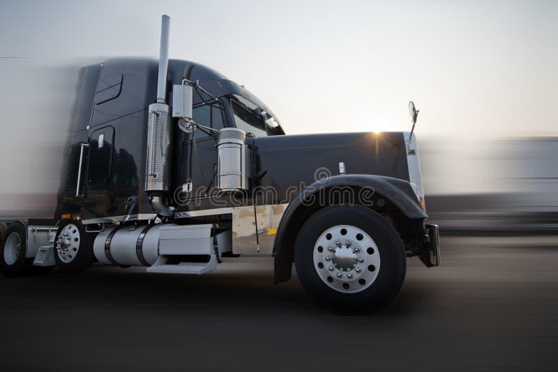 Profiel van de donkere semi vrachtwagen die van de bonnet klassieke grote installatie op r gaan royalty-vrije stock foto