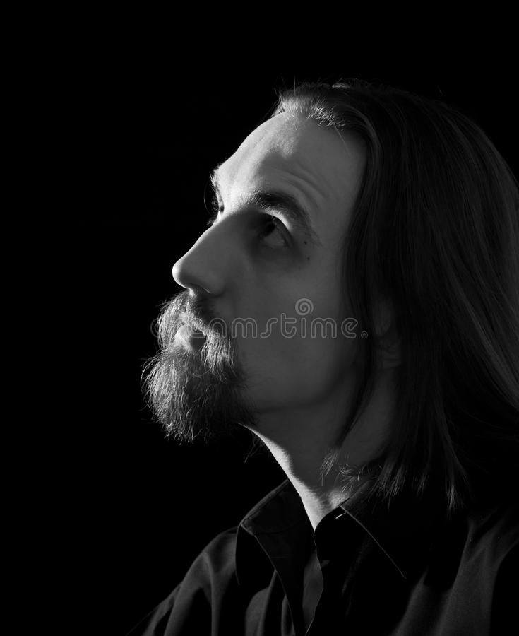 Profiel van de gebaarde mens die omhoog kijkt stock fotografie