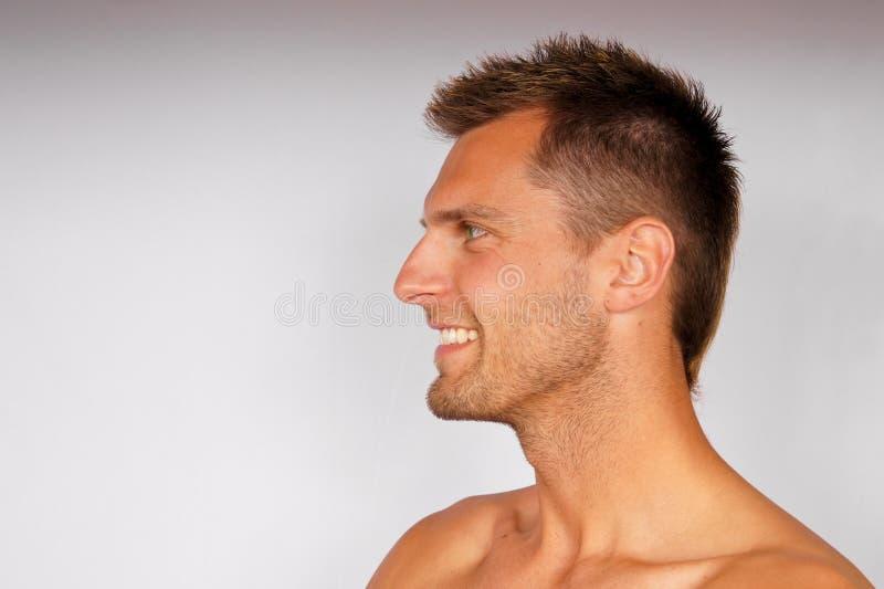 Profiel van de glimlachende jonge mens. royalty-vrije stock afbeelding