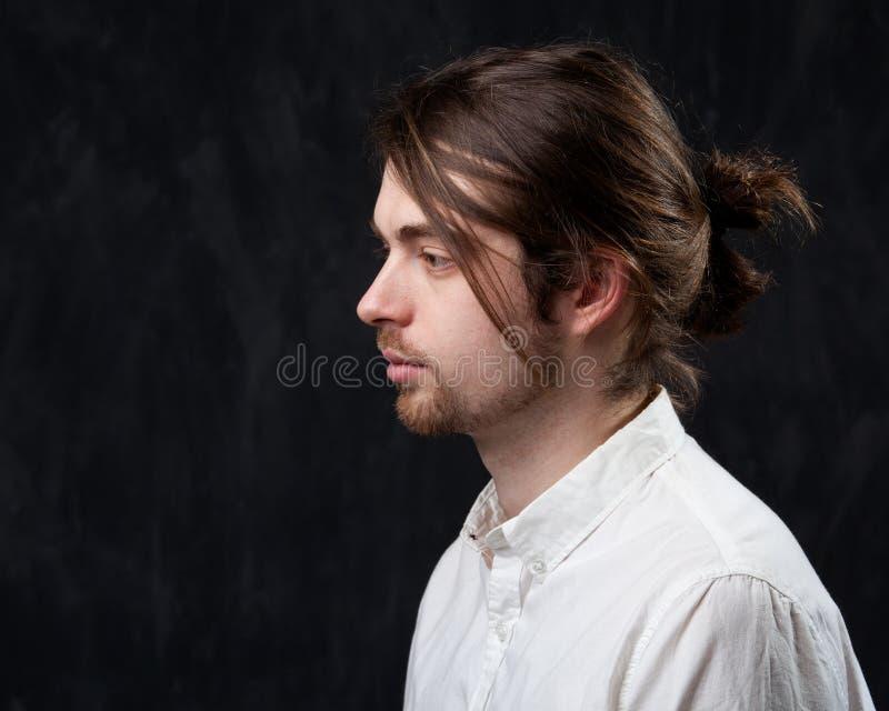 Profiel van een jonge knappe mens in een wit overhemd stock afbeeldingen