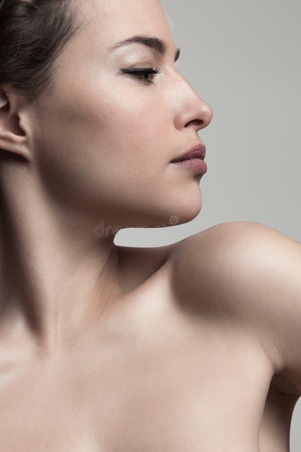 Profiel van een jonge, mooie vrouw, natuurschoon concept stock foto