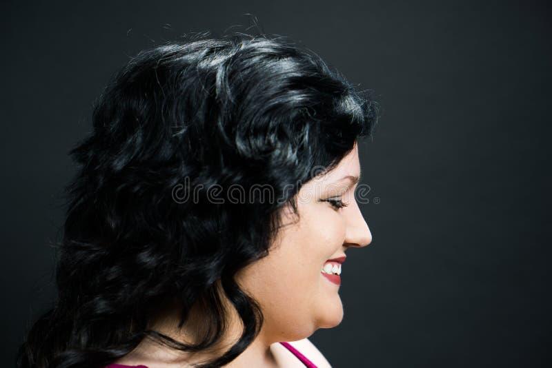 Profiel van een jonge vrouw tegen een zwarte achtergrond royalty-vrije stock foto