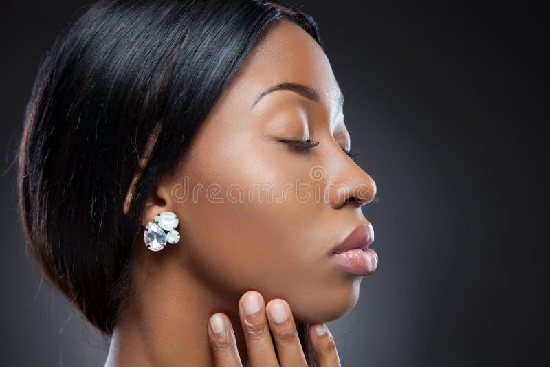 Profiel van een jonge zwarte schoonheid stock foto
