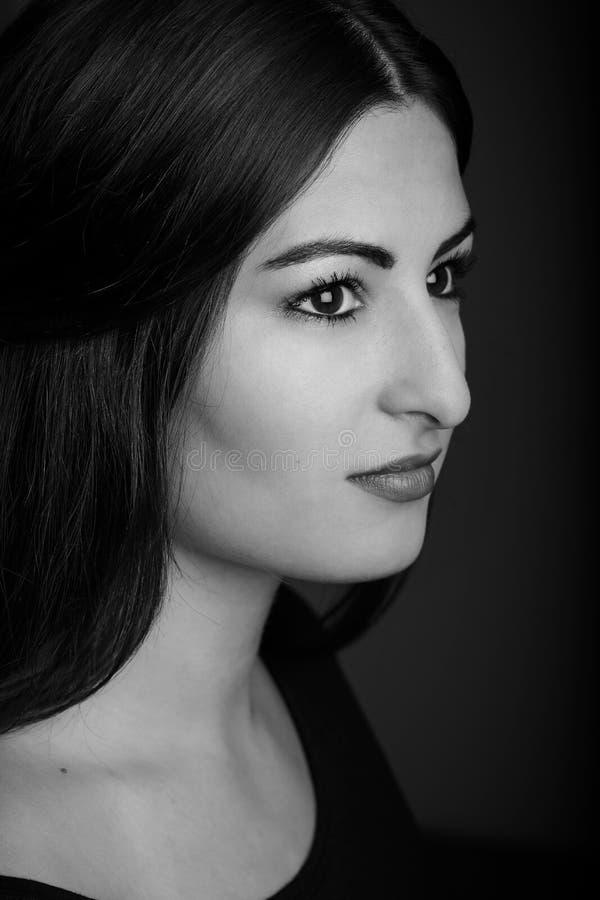 Profiel van een mooi jong model wordt geschoten dat stock fotografie