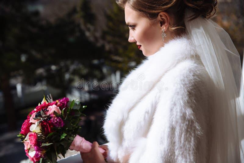 Profiel van een vrouw die de afstand onderzoekt Een mooi meisje bewondert het landschap op de straat sluit mening royalty-vrije stock foto's