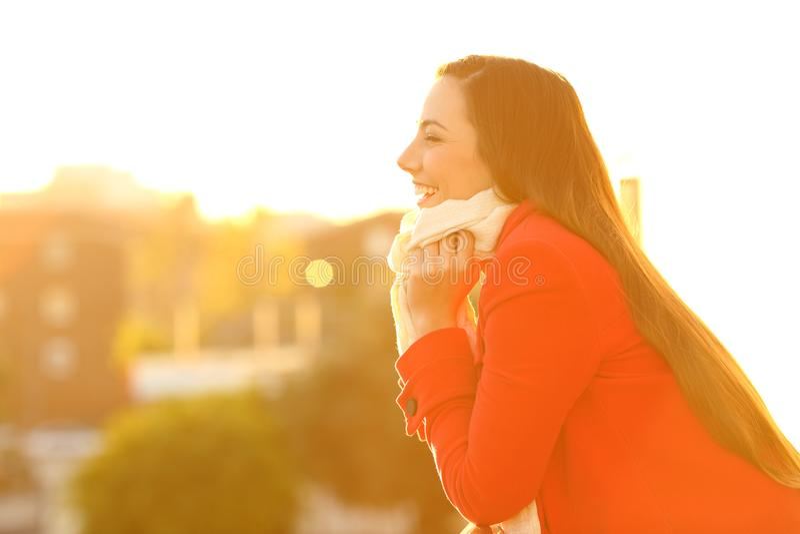 Een Winters Balkon : Profiel van een vrouw die in de winter warm houden stock afbeelding