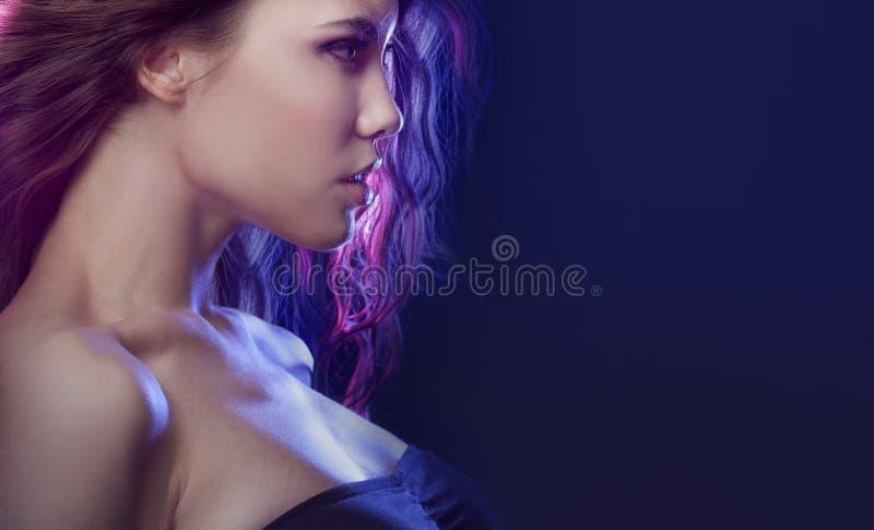 Profiel van jong mooi meisjesbrunette Effect het stemmen stock afbeeldingen