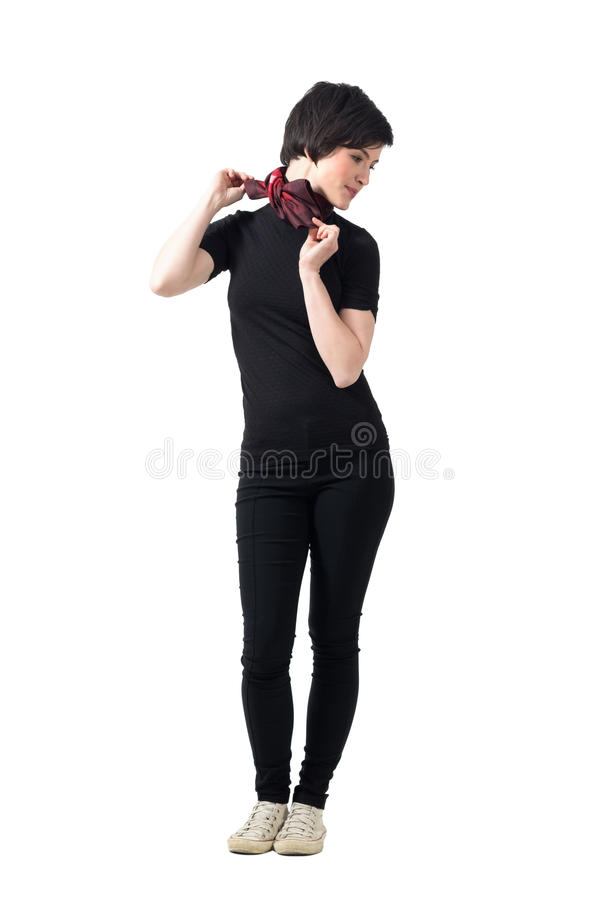 Profiel van jonge leuke korte haar in donkerbruine het aanpassen halsdoek die neer eruit zien royalty-vrije stock afbeelding