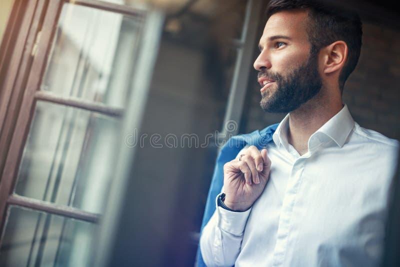 Profiel van knappe succesvolle zakenman royalty-vrije stock afbeeldingen
